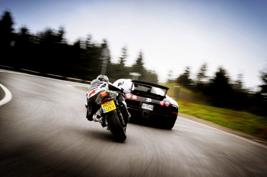 comparison-motor-bikes-cars-bugatti-world-fastest.jpg